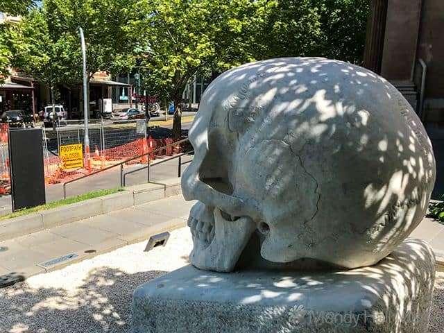 Skull outside the gallery in Bendigo⠀